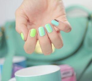 Геометрические рисунки на ногтях, летний маникюр салатовым и голубым лаками