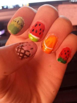 Красные ногти с рисунком, фрукты на ногтях