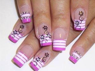Бело-розовый маникюр, полосатый френч с цветочным рисунком