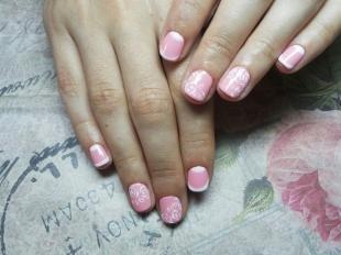 Бело-розовый маникюр, бледно-розовый френч с белыми узорами