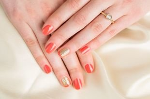 Разный маникюр на ногтях, коралловый маникюр с блестками по фен-шуй