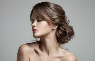 Пепельно каштановый цвет волос, праздничная прическа - накрученные волосы, уложенные в низкий пучок