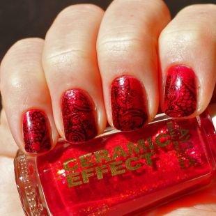 Дизайн коротких ногтей, красный маникюр с рисунком на коротких ногтях