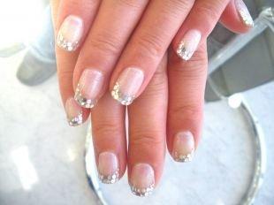 Французский маникюр на коротких ногтях, праздничный френч с серебристыми блестками на краях