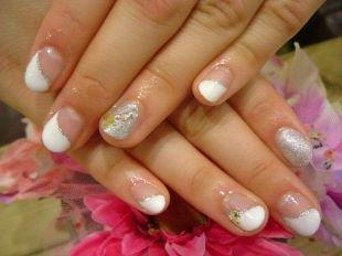Разный маникюр на ногтях, френч с серебристой полосочкой и стразами на коротких ногтях