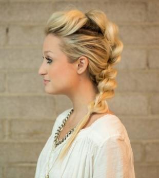 Цвет волос скандинавский блондин, необычная коса на длинные волосы