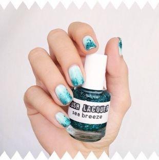 Маникюр на море, голубой маникюр с синими блестками на коротких ногтях