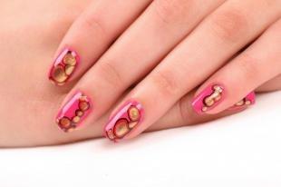 Маникюр на день рождения, розовый дизайн ногтей со стикерами