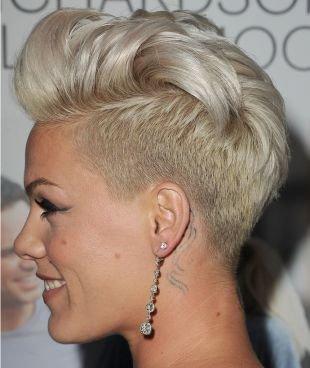 Жемчужно пепельный цвет волос, ультракороткая стрижка с удлиненной макушкой