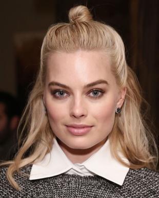 Цвет волос скандинавский блондин, красивая прическа в школу - мальвинка с пучком