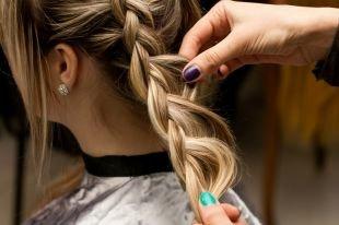 Прически с косой на средние волосы, прическа с плетением -объемная перевернутая французская коса