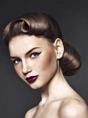 Шоколадно коричневый цвет волос на длинные волосы, элегантная прическа для ретро-вечеринки