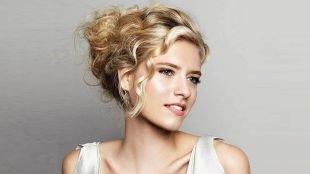 Цвет волос натуральный блондин, повседневная укладка вьющихся волос