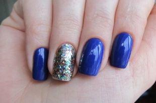 Зеркальный маникюр, синий глянцевый маникюр с разноцветными блестками