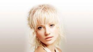 Цвет волос платиновый блондин, каскадная стрижка для непослушных волос