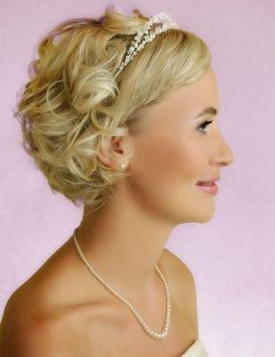 Прически с локонами на короткие волосы, изящная свадебная прическа на короткие волосы с украшением