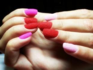 Яркий маникюр, красно-розовый бархатный маникюр по фен-шуй