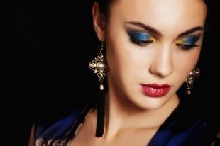 Темный макияж для зеленых глаз, праздничный макияж под синее платье