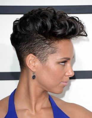 Иссиня-черный цвет волос, женский вариант стрижки undercut