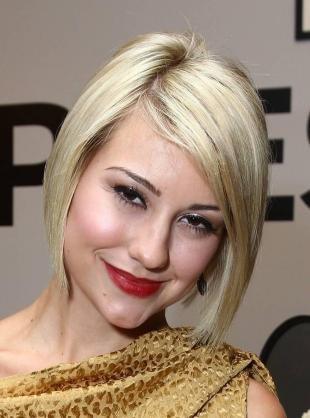 Цвет волос холодный блонд, стрижка короткий а-боб с длинной челкой