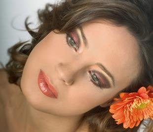 Макияж для миндалевидных глаз, яркий макияж для летней фотосессии
