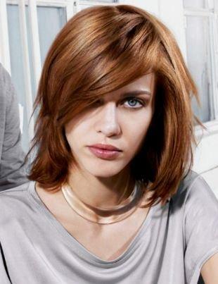 Золотисто каштановый цвет волос, модная стрижка для тонких волос