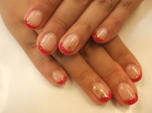Дизайн ногтей шеллаком, красный френч шеллаком с блестками и звездами