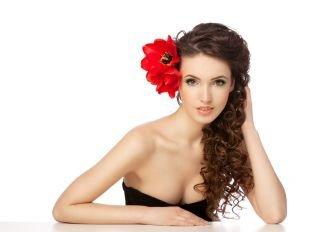 Цвет волос темный шоколад, прическа на новый год с крупным красным цветком