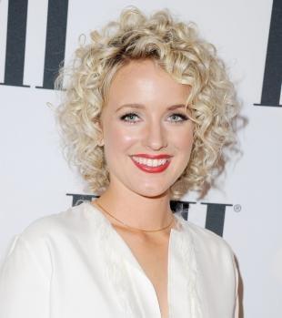 Цвет волос холодный блонд, химическая завивка на короткие волосы