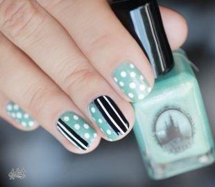 Модный дизайн ногтей, зеленый маникюр с белым горошком и черно-белыми полосками