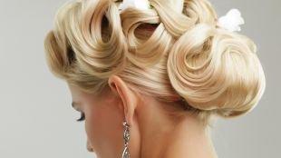Свадебные прически с цветами, открытая свадебная прическа на средние волосы