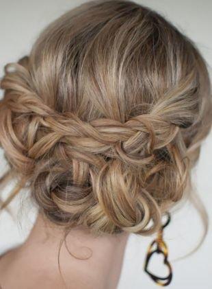 Русый цвет волос на длинные волосы, небрежная греческая прическа с плетением