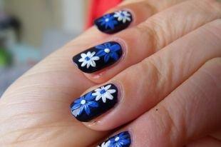 Простой дизайн ногтей, черный маникюр с белыми и синими цветами