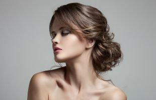 Холодно коричневый цвет волос, праздничная прическа - накрученные волосы, уложенные в низкий пучок