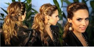 """Светло коричневый цвет волос, красивая модная прическа на 1 сентября с """"колоском"""" вокруг головы и низким конским хвостом"""