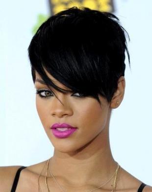 Иссиня-черный цвет волос, модная короткая стрижка для брюнетки