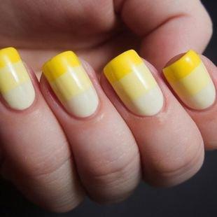 Маникюр с помощью скотча, полосатый маникюр в желтых тонах