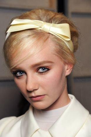 Цвет волос теплый блонд, ретро-бабетта с повязкой