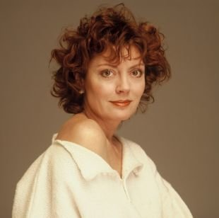 Коньячный цвет волос на средние волосы, короткая стрижка для женщин после 40 лет - небрежные мелкие кудри
