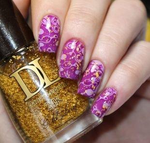Абстрактные рисунки на ногтях, фиолетовый маникюр с блестками