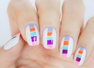 Дизайн ногтей для начинающих, белый маникюр с цветным рисунком