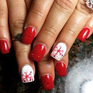 Маникюр разными лаками, красно-белый маникюр со снежинками