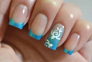 Школьный маникюр на короткие ногти, красивый голубой френч с белым рисунком
