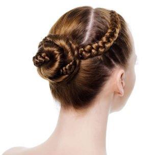 Светло коричневый цвет волос, прически на 1 сентября - пучок с косами