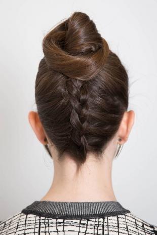Шоколадный цвет волос, модная прическа на день рождения - обратная коса с пучком