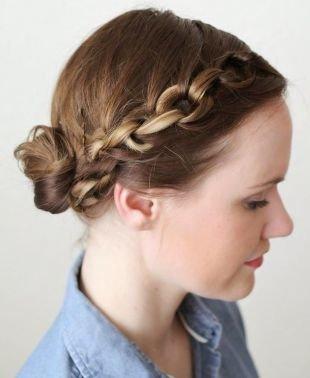 """Простые прически на каждый день на средние волосы, плетение """"цепочка из волос"""" в сочетании с низким пучком"""