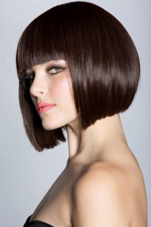 Темно шоколадный цвет волос, объемное каре с ровной челкой