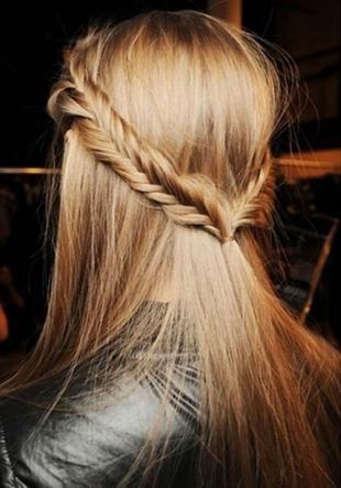 Цвет волос теплый блонд, прическа с косами на средние волосы