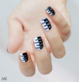 Модный дизайн ногтей, черно-белый маникюр с синими полосками