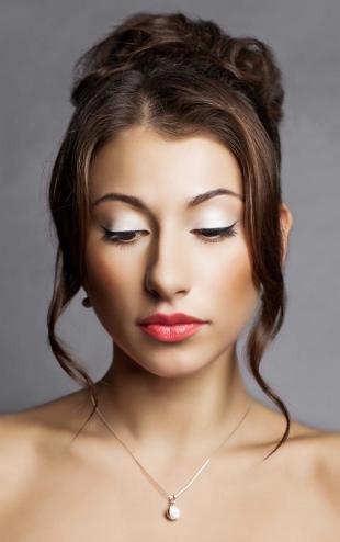 Макияж для карих глаз под синее платье, макияж для близко посаженных глаз